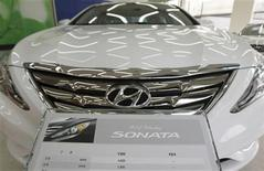 Hyundai Motor's Sonata sedan sits on display at a dealership in Seoul February 24, 2010. REUTERS/Lee Jae-Won