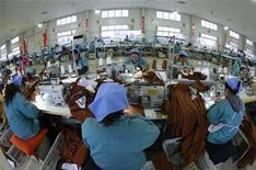 Dans une usine d'Huaibei, dans la province chinoise d'Anhui. L'activité manufacturière s'est améliorée en décembre en Asie, à l'image de la situation en Chine, mais la demande à l'exportation est restée irrégulière, selon diverses enquêtes PMI publiées mardi et mercredi. /Photo prise le 17 décembre 2012/REUTERS