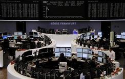 """Mercredi, peu après l'ouverture, à la Bourse de Francfort. Les Bourses européennes amplifient leurs gains à mi-séance, galvanisées par un accord trouvé par la Congrès américain qui permettra aux Etats-Unis d'éviter les 600 milliards de dollars de hausses d'impôts et de baisses des dépenses publiques du """"mur budgétaire"""". À Paris, le CAC 40 avance de 2,22% vers 11h50 et à Francfort, le Dax prend 1,99%. /Photo prise le 2 janvier 2013/REUTERS/Remote/Joachim Herrmann"""