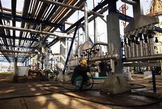 Un operaio al lavoro in una raffineria. REUTERS/Dado Ruvic