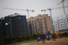 El precio medio de la vivienda nueva en las capitales de provincia descendió un 6,9 por ciento el año pasado y acumula una caída del 33 por ciento desde los máximos previos al estallido de la burbuja inmobiliaria, dijo el miércoles el grupo Sociedad de Tasación en un informe. En la imagen, un parque infantil vacío junto a unos bloques de casas en construcción en las afueras de Madrid, el 7 de diciembre de 2012. REUTERS/Susana Vera