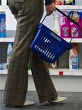 Una donna fa la spesa in un supermercato a Berlino. REUTERS/Thomas Peter