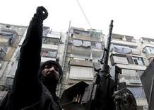 Un integrante del Ejército de Siria Libre durante una patrulla por el distrito Bustan Al Qaser de Aleppo, ene 2 2013. Al menos 30 civiles murieron el miércoles cuando aviones sirios bombardearon una gasolinera en un suburbio en manos de los insurgentes ubicado en el límite este de Damasco, informaron dos activistas de la oposición en el lugar del ataque. REUTERS/Muzaffar Salman