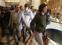 James Foley (a destra, con la polo chiara) dopo essere stato rilasciato dal governo libico. REUTERS/Louafi Larbi