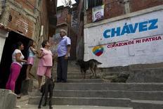 """El presidente de Venezuela, Hugo Chávez, sigue """"estable dentro de un cuadro delicado"""" tras ser sometido a una cuarta operación por el cáncer que padece, informó el miércoles el yerno del mandatario, mientras la oposición cuestiona con más fuerza su capacidad para gobernar. En la imagen, varias personas hablan en una zona de Caracas, el 2 de enero de 2013. REUTERS/Carlos García Rawlins"""