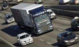Le ministre des Transports Frédéric Cuvillier présentera jeudi en conseil des ministres un projet de loi de mise en oeuvre simplifiée de l'écotaxe sur les poids lourds, une des décisions phares du Grenelle de l'environnement de 2008/2009. /Photo d'archives/REUTERS/Bob Strong
