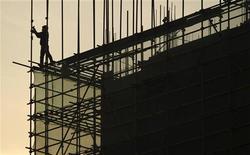 Funcionário trabalha em andaime em área de construção de prédio residencial em Hefei, província de Anhui, China. O crescimento do setor de serviços da China acelerou em dezembro no ritmo mais rápido em quatro meses, ampliando os sinais de uma modesta retomada no fim de 2012 na segunda maior economia do mundo. 02/01/2013 REUTERS/Stringer
