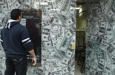 População do Egito terá que suportar o peso da inflação provocada pela desvalorização da libra egípcia frente ao dólar. 30/12/2012 REUTERS/Asmaa Waguih