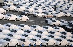 Carros da Audi em terminal de exportação do porto da cidade de Bremerhaven, em março de 2012. As vendas de automóveis na Alemanha caíram 16 por cento em dezembro e 2,9 por cento em 2012 como um todo, em linha com a tendência de demanda mais fraca vista em outros mercados importantes na Europa. 8/03/2012 REUTERS/Fabian Bimmer