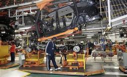 Foto de archivo de unos empleados de Chrysler en la planta de ensamblaje de vehículos Gran Cherokees y Durangos de Dogde en Detroit, EEUU, abr 26 2012. Las ventas de autos de Chrysler Group en Estados Unidos subieron un 10 por ciento en diciembre y superaron fácilmente las expectativas de los analistas, informó el jueves la empresa. REUTERS/Rebecca Cook