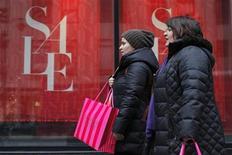 Mulheres passam em frente a loja em promoção em Nova York. Algumas das maiores varejistas dos Estados Unidos tiveram um dezembro difícil, com redes de lojas como Target e Family Dollar sentindo as adversidades por consumidores mais cautelosos com seus gastos de fim de ano. 26/12/2012 REUTERS/Eduardo Munoz