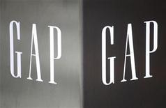 Imagen de archivo del logo de Gap en su primer tienda instalada en el distrito financiero de Hong Kong, nov 25 2011. La compañía estadounidense de indumentaria Gap Inc, dueña de las marcas Banana Republic y Old Navy además de su marca homónima, avanzó hacia el mercado de las prendas de lujo con la compra de Intermix Holdco Inc por 130 millones de dólares. REUTERS/Tyrone Siu
