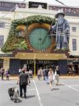 """Este año se parece mucho a la taquilla de 2012, con """"Los Juegos del hambre"""" y """"El Hobbit"""" en la parte superior de las preferencias de los espectadores, según un sondeo de la empresa de ventas de entradas Fandango publicado el jueves. En la imagen de archivo, la puerta del teatro Embassy de Wellington, EEUU, decorada un día antes del estreno de """"El Hobbit"""". REUTERS/Mark Coote"""