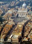 Italia ha bloqueado el uso de tarjetas de crédito en el Vaticano debido a la falta de transparencia, en un importante obstáculo para una de las mayores fuentes de ingresos de la diminuta ciudad estado, según dijeron el jueves fuentes financieras. En la imagen de archivo, fotografía aérea del Vaticano en 2005.
