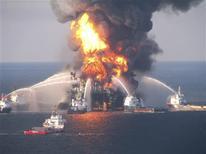 Transocean a accepté de débourser 1,4 milliard de dollars pour mettre un terme aux poursuites lancées par l'Etat fédéral américain après la marée noire provoquée en 2010 par l'explosion d'une plate-forme pétrolière dans le golfe du Mexique, selon une source au fait du dossier. /Photo prise le 21 avril 2010/REUTERS/Garde-côte américaine