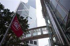 La consolidación del feroz mercado de las telecomunicaciones de Austria avanzó el jueves, cuando Hutchison Whampoa cerró su adquisición de Orange Austria por 1.300 millones de euros, convirtiéndose en el tercer mayor operador de telefonía móvil del país. En la imagen de archivo, una bandera con el logotipo de Hutchison Whampoa en Hong Kong. REUTERS/Tyrone Siu