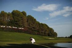 Jaime Ortiz-Patiño, promotor de golf basado en España que creó el famoso campo de Valderrama y fue uno de los impulsores del crecimiento del deporte en este país, ha muerto a los 82 años. En la imagen de archivo, el golfista español Sergio García durante el Masters de Andalucía disputado en el campo de Valderrama, en Sotogrande, el 30 de octubre de 2011. REUTERS/Jon Nazca