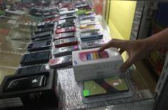 Samsung Electronics devrait encore accentuer son avance sur Apple sur le marché mondial des smartphones cette année, sa large gamme de produit lui promettant une croissance des ventes de 35%, selon le cabinet d'études Strategy Analytics. /Photo d'archives/REUTERS/Erik De Castro