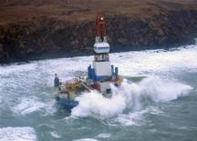 Sonda da Shell encalhada na costa de uma ilha do Alasca sofreu danos por causa de ondas mas não há vazamento. 01/01/2013 REUTERS/Petty Officer 3rd Class Jonathan Klingenberg'/USCG/Handout