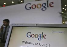 Il logo di Google accoglie i visitatori alla reception di un ufficio della società. REUTERS/Krishnendu Halder