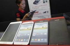 Imagen de archivo de una serie de teléfonos Galaxy de Samsung al interior de una tienda en Seúl, ago 27 2012. Samsung Electronics Co Ltd podría extender su venta sobre Apple Inc en las ventas globales de teléfonos avanzados este año gracias a un crecimiento del 35 por ciento, ayudado por una amplia gama de productos, dijo el viernes a Reuters la firma investigadora Strategy Analytics. REUTERS/Lee Jae-Won
