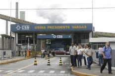 Foto de arquivo de empregados da Companhia Siderurgica Nacional (CSN) são vistos na sede da empresa em Volta Redonda, no Rio de Janeiro. A indústria siderúrgica do país iniciou 2013 anunciando reajustes de preços de aço junto a distribuidores, afirmaram fontes do setor à Reuters nesta sexta-feira, no primeiro aumento desde meados do ano passado. 16/01/2009 BRAZIL-ECONOMY/CRISIS REUTERS/Fernando Soutello