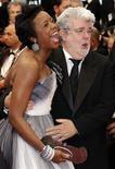 """El creador de """"Star Wars"""", George Lucas, junto a su novia Mellody Hobson, durante el estreno de la cinta """"Cosmopolis"""" en el Festival de Cine de Cannes, Francia, mayo 25 2012. El creador de """"Star Wars"""", George Lucas, se casará con su novia Mellody Hobson, según anunció la productora del director Lucasfilm. REUTERS/Eric Gaillard"""