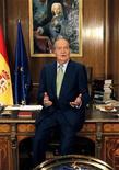 El rey Juan Carlos cumple el sábado 75 años, la mitad de ellos en el trono de España, en un momento de grave crisis económica y de pérdida de popularidad de la Familia Real. En la imagen, el rey Juan Carlos durante su tradicional discurso de Navidad en el Palacio de la Zarzuela, en Madrid, el 24 de diciembre de 2012. REUTERS/Andrés Ballesteros/EFE/Pool