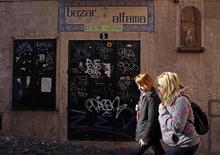 Las mujeres que caminan al menos tres horas por semana son menos propensas a sufrir un accidente cerebrovascular (ACV o ictus) que las que andan menos o no lo hacen en absoluto, según un estudio español que siguió a miles de personas. En la imagen, de 4 de enero, dos mujeres caminan por Lisboa. REUTERS/Jose Manuel Ribeiro