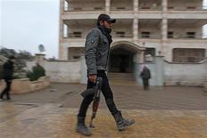 """Un membre de l'Armée syrienne libre à Alep, samedi. Dans un discours prononcé à l'opéra de Damas, le président syrien Bachar al Assad a annoncé dimanche ce qu'il a présenté comme un plan de paix, appelant à une conférence de réconciliation avec """"ceux qui n'ont pas trahi la Syrie"""", laquelle serait suivie de la formation d'un nouveau gouvernement et d'une amnistie. /Photo prise le 5 janvier 2013/REUTERS/Muzaffar Salman"""