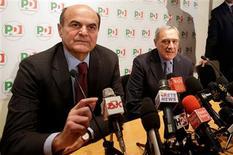 La coalición italiana de centroizquierda dirigida por Pier Luigi Bersani tiene una cómoda ventaja a menos de dos meses de las elecciones, según un sondeo, mientras que el bloque del primer ministro saliente, Mario Monti, podría lograr con un apoyo del 15 por ciento. En esta imagen de archivo, el fiscal antimafia italiano Piero Grasso (a la derecha) y el líder del Partido Democrático (PD) Pier Luigi Bersani asiste a una rueda de prensa para presentar la candidatura de Grasso con el PD antes de las elecciones de febrero de 2013, en Roma, el 28 de diciembre de 2012. REUTERS/Tony Gentile