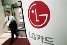 LG Group, le quatrième conglomérat sud-coréen, a annoncé dimanche son intention de consacrer cette année un montant record de 20.000 milliards de wons (14,4 milliards d'euros) à ses investissements cette année, afin de réduire l'écart qui le sépare de concurrents tels que Samsung Electronics. /Photo d'archives/REUTERS/Kim Kyung-Hoon