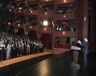 """Presidente sírio Bashar al-Assad fala a apoiadores na Opera House em Damasco. Assad anunciou o que ele descreveu como um plano de paz no domingo, chamando para uma conferência de reconciliação com """"aqueles que não traíram a Síria"""", que será seguido pela formação de um novo governo e uma anistia. 06/01/2013 REUTERS/Sana"""