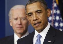 La Casa Blanca está evaluando impulsar un enfoque mucho más exhaustivo para reducir la violencia por tiroteos en Estados Unidos que sólo reinstalar una prohibición a las armas de asalto, informó el diario Washington Post. En la imagen, el presidente de EEUU, Barack Obama, y su vicepresidente, Joe Biden, durante una comparece ncia en la Casa Blanca, el 1 de enero de 2013. REUTERS/Jonathan Ernst