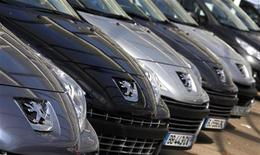 Les titres PSA et Faurecia bondissent lundi matin à la Bourse de Paris dans l'espoir d'un désengagement du constructeur automobile de l'équipementier, évoqué dans une note d'analyste. A 11h21, l'action Faurecia gagne 7,3% à 13,595 euros et PSA Peugeot Citroën 6,72% à 6,59 euros. /Photo d'archives/REUTERS/Eric Gaillard