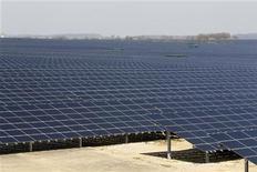 Panneaux photovoltaïques à Toul-Rosières. Le gouvernement a dévoilé lundi un plan pour doubler la capacité de production d'énergie solaire en 2013, à 1.000 mégawatts, et annoncé une augmentation allant jusqu'à 10% du tarif de rachat de l'électricité générée par les petites fermes photovoltaïques qui utilisent des panneaux fabriqués en Europe. /Photo prise le 2 avril 2012/REUTERS/Benoît Tessier
