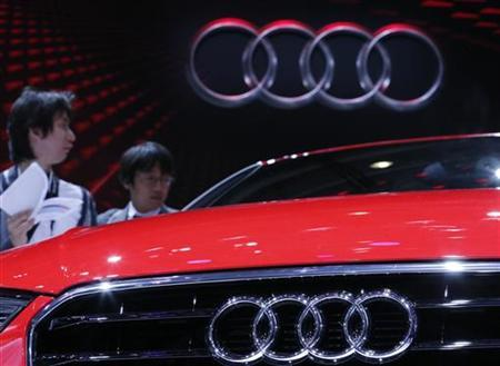 Visitors look at an Audi A3 on media day at the Paris Mondial de l'Automobile September 27, 2012. The Paris auto show opens its doors to the public from September 29 to October 14. REUTERS/Christian Hartmann (FRANCE - Tags: TRANSPORT BUSINESS LOGO)