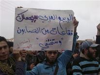 """Un manifestante sostiene un cartel que reza """"La primavera árabe te convertirá (en referencia al presidente sirio, Bashar al-Assad) en burbujas de jabón que desaparecerán"""", durante una protesta en Habeet, Siria, ene 6 2013. Los sirios dijeron el lunes que sólo esperan la guerra tras un discurso pronunciado por el presidente Bashar al-Assad el domingo que fue presentado como un plan de paz, mientras se reanudaron los enfrentamientos en la capital, a pocos kilómetros de donde habló el mandatario. REUTERS/Shaam News Network/Handout Imagen para uso no comercial, ni ventas, ni archivos. Solo para uso editorial. No para su venta en marketing o campañas publicitarias. Esta imagen fue entregada por un tercero y es distribuida, exactamente como fue recibida por Reuters, como un servicio para clientes."""
