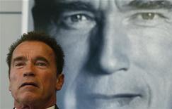 """Ator e ex-governador da Califórnia Arnold Schwarzenegger apresenta seu livro """"Total Recall' durante coletiva de imprensa em feira de livros em Frankfurt, em outubro de 2012. Um ano depois de deixar o gabinete do governo da Califórnia e tornar-se alvo dos tablóides por engravidar uma governanta da família e se separar de sua esposa, Maria Shriver, o ex-fisiculturista de 65 anos vai estrelar nada menos que três filmes ao longo dos próximos 12 meses. 10/10/2012 REUTERS/Ralph Orlowski"""