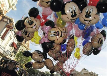 Balloons of Mickey Mouse are carried down main street at Disneyland in Anaheim, California, March 11, 2011. REUTERS/Mike Blake (UNITED STATES - Tags: ENTERTAINMENT BUSINESS SOCIETY TRAVEL)