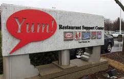 Le groupe américain de restauration Yum Brands a annoncé lundi que ses ventes en Chine, l'un de ses principaux marchés, avaient baissé plus que prévu au quatrième trimestre et averti que ses bénéfices trimestriels seraient inférieurs aux attentes de Wall Street. /Photo d'archives/REUTERS/John Sommers II