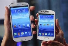 Samsung Electronics, el mayor fabricante mundial de chips de memoria y teléfonos, estimó sus ganancias operativas entre octubre y diciembre en un récord 8.270 millones de dólares, debido a que vendió cerca de 500 móviles por minuto y por una mayor demanda por sus pantallas planas para aparatos móviles, incluyendo las que hace para su rival Apple. En la imagen del pasado mes de octubre, unas modelos sostienen el Galaxy S3 mini (dcha.) y el Galaxy S3 durante la presentación mundial del mini en la ciudad alemana de Fráncfort. REUTERS/Ralph Orlowski