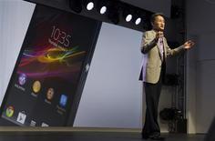 En marge du Consumer Electronic Show (CES) de Las Vegas, le directeur général de Sony, Kazuho Hirai, a déclaré que le groupe japonais souhaitait se séparer de ses actifs non stratégiques afin de se recentrer sur l'électronique grand public et envisageait ainsi de vendre sa filiale spécialisée dans les batteries. /Photo prise le 7 janvier 2013/REUTERS/Steve Marcus