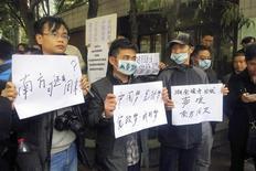 La policía china tuvo que intervenir a las puertas de un destacado semanario en el sur de Guangzhou el martes, en un momento en el que las autoridades del Partido Comunista dan muestras de una postura más estricta con los periodistas que desafíen la censura oficial. En la imagen,varios manifestantes ante el Southern Weekly de Guangzhou el 8 de enero de 2013. REUTERS/James Pomfret