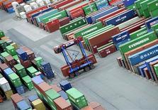L'annonce mardi d'un recul des exportations et des commandes à l'industrie allemande accentue les craintes que la crise de la zone euro n'ait entraîné une contraction de la plus puissante économie de la région à la fin de l'an dernier. /Photo prise le 17 octobre 2012/REUTERS/Fabian Bimmer