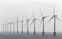 La ministre de l'Energie Delphine Batho a annoncé mardi le lancement d'un appel d'offres pour construire quelque 200 éoliennes en mer au large du Tréport (Seine-Maritime) et des îles d'Yeu et de Noirmoutier (Vendée), pour une capacité installée totale de 1.000 mégawatts. /Photo d'archives/REUTERS/Stefan Wermuth