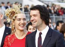 """El marido de la actriz británica Kate Winslet ganó una batalla judicial el martes para impedir al diario The Sun que publicara fotografías de él """"semidesnudo"""" en una fiesta privada de trajes de fantasía hace varios años. En la imagen de archivo, Winslet y Rocknroll en un evento promocional en Hong Kong, el 9 de diciembre de 2012. REUTERS/Tyrone Siu/Files"""