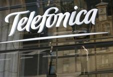 Telefónica colocó el martes 1.500 millones de euros en bonos a 10 años, en una de las primeras emisiones del año de una empresa de la periferia del euro, aprovechando el clima más favorable para la deuda española. En la imagen, reflejos en un logo de Telefónica en Madrid, el 3 de diciembre de 2012. REUTERS/Andrea Comas
