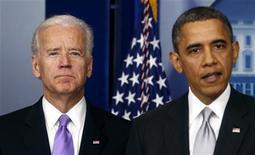 El poderoso grupo de presión estadounidense a favor de las armas, la Asociación Nacional del Rifle (NRA, por sus siglas en inglés), se reunirá con el vicepresidente de Estados Unidos, Joe Biden, que está estudiando unas recomendaciones sobre cómo responder al tiroteo del mes pasado en una escuela en Connecticut, dijo el martes la Casa Blanca. Imagen de Biden (izq.) con el presidente Barack Obama en la Casa Blanca el 19 de diciembre en la rueda de prensa en la que se anunció que el vicepresidente encabezaría un grupo para estudiar el control de las armas. REUTERS/Kevin Lamarque