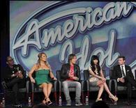 """Keith Urban (au centre) entouré de Mariah Carey et de Nicki Minaj lors de la conférence de presse de lancement de la douzième saison d'""""American Idol"""". Oubliées les menaces, balayées les tensions: la diva pop et la jeune rappeuse, nouvelles venues dans le jury de l'émission de télécrochet, se sont employées à enterrer la hache de guerre. /Photo prise le 8 janvier 2012/REUTERS/Mario Anzuoni"""